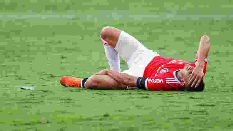 Thiago Galhardo deixa o campo após sentir a panturrilha durante partida contra o Goiás - Fernando Alves/AGIF - Fernando Alves/AGIF