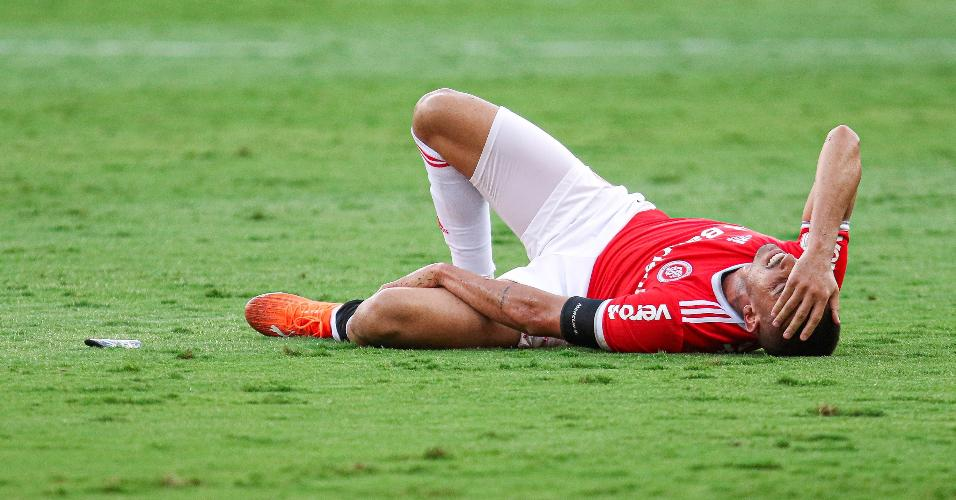 Thiago Galhardo deixa o campo após sentir a panturrilha durante partida contra o Goiás