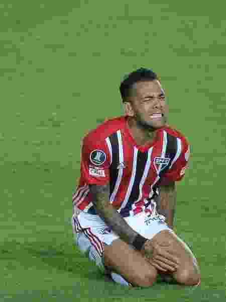 Daniel Alves sente dores durante jogo entre Racing e São Paulo na Libertadores - FotoBaires/AGIF - FotoBaires/AGIF
