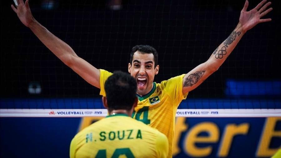 Douglas Souza comemora ponto com Maurício Souza - Divulgação/FIVB