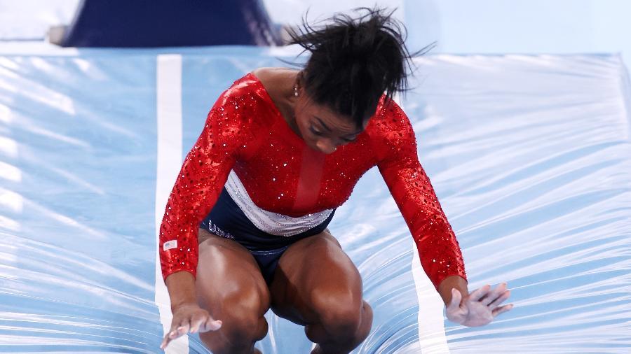 Simone Biles se desequilibra em final olímpica por equipes - Jamie Squire/Getty Images