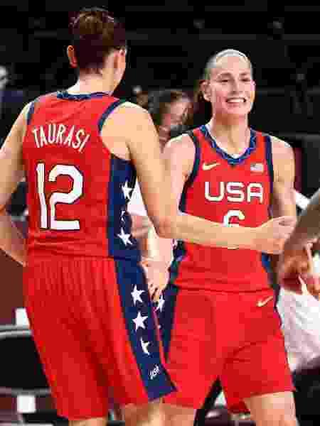 Sue Bird e Diana Taurasi comemoram vitória da seleção dos EUA no basquete feminino nos Jogos Olímpicos de Tóquio - Ned Dishman/NBAE via Getty Images - Ned Dishman/NBAE via Getty Images