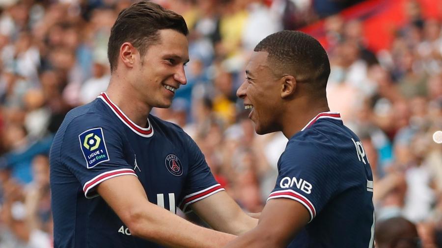 Mbappé abraça Draxler após marcar na partida entre PSG e Clermont, pelo Campeonato Francês - Christian Hartmann/Reuters