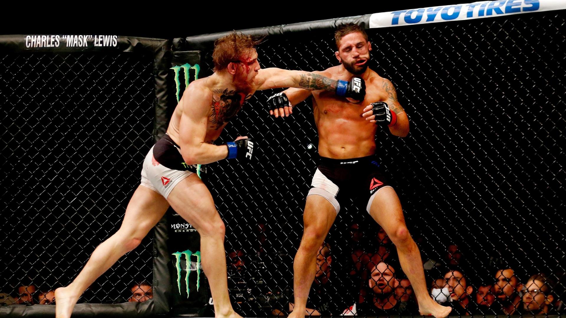 Conor McGregor acerta Chad Mendes e consegue o nocaute no segundo round, para faturar o cinturão interino dos penas do UFC