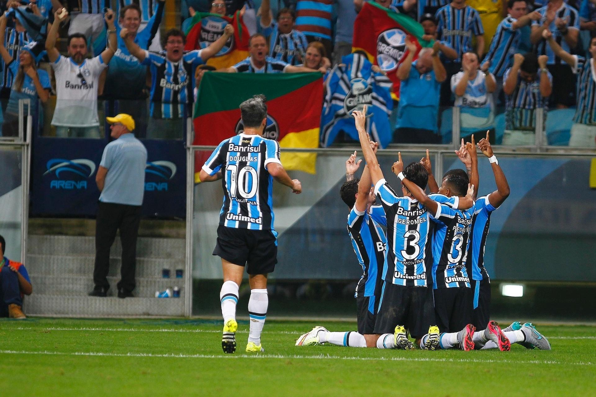 Grêmio humilha o Inter no clássico e aplica goleada histórica - 09 08 2015  - UOL Esporte b3ddb9bd5d905