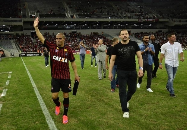 Alessandro agradece torcedores após homenagem pela conquista do título brasileiro de 2001