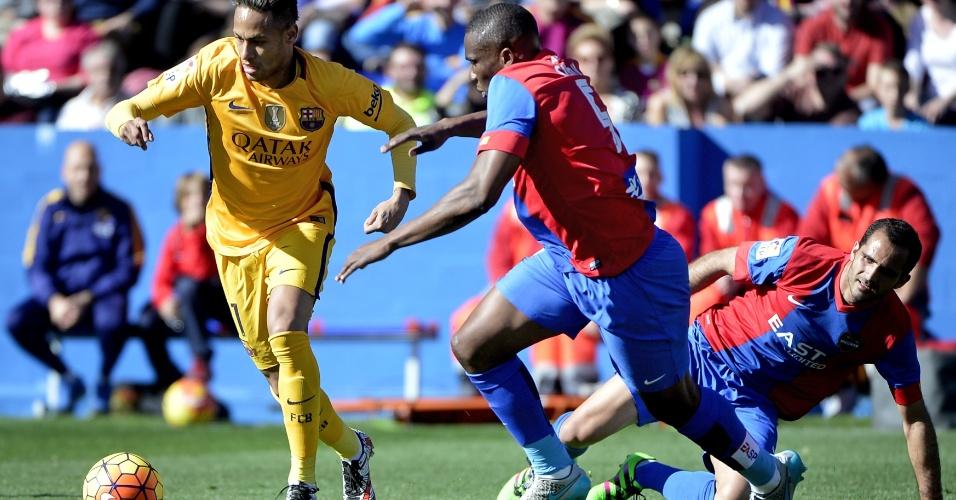 7.fev.2016 - Neymar tenta superar a marcação de rivais do Levante durante a vitória por 2 a 0 do Barcelona