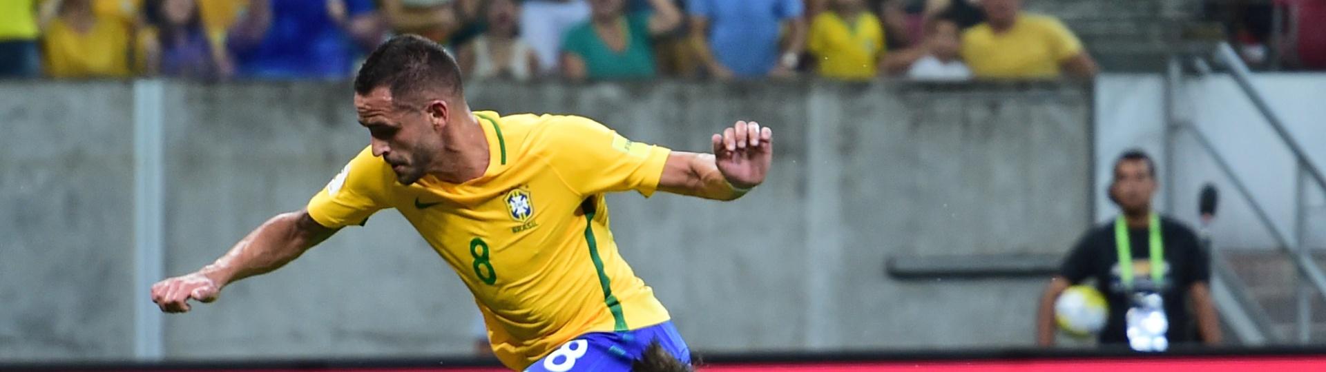Renato Augusto dribla Muslera para marcar para o Brasil sobre o Uruguai