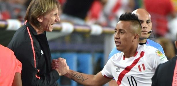 Christian Cueva ganha parabéns do técnico Ricardo Gareca após marcar para o Peru contra o Equador
