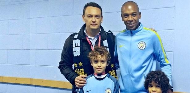 Pai e filho fãs do City realizam sonho de conhecer jogadores, entre eles Fernandinho