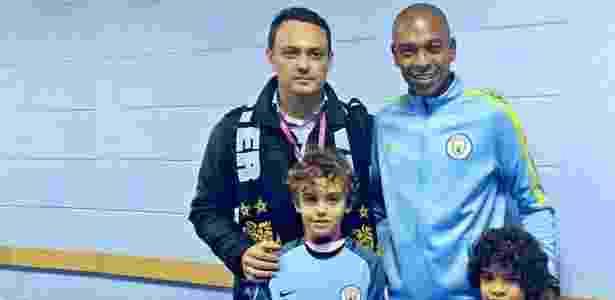 Pai e filho fãs do City realizam sonho de conhecer jogadores, entre eles Fernandinho - Divulgação/Manchester City