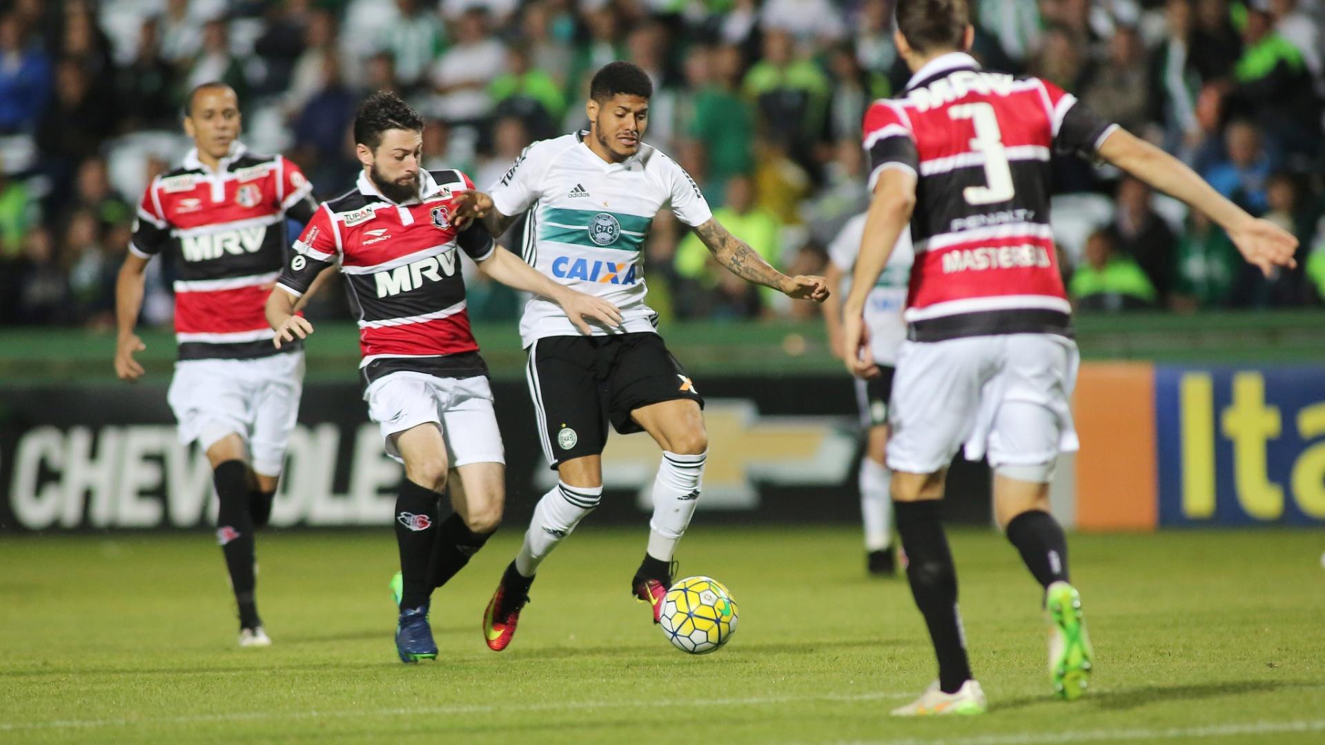 Leandro, do Coritiba, conduz a bola no duelo contra o Santa Cruz