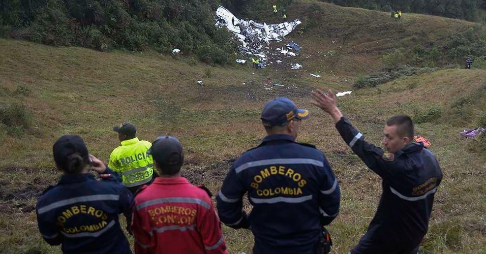 Bombeiros observam local do acidente com o avião da Chapecoense