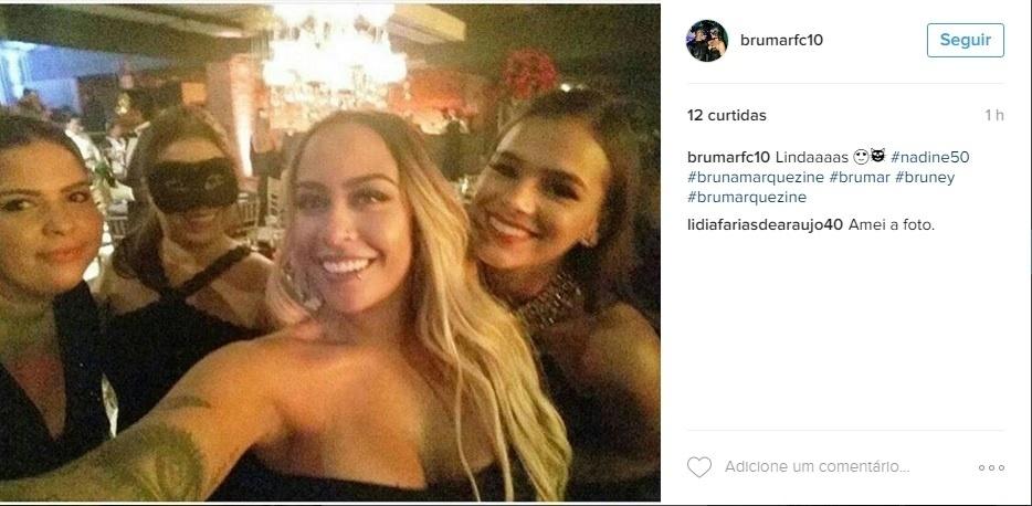 Bruna apareceu em várias fotos com a irmã de Neymar. A atriz esteve no aniversário de 50 anos da mãe do jogador do Barcelona