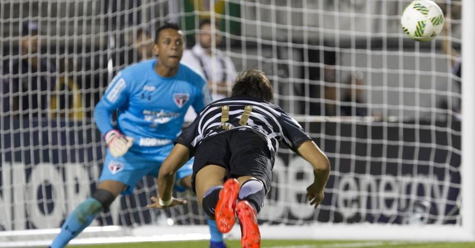 Romero cabeceia e cria lance de perigo para o gol de Sidão