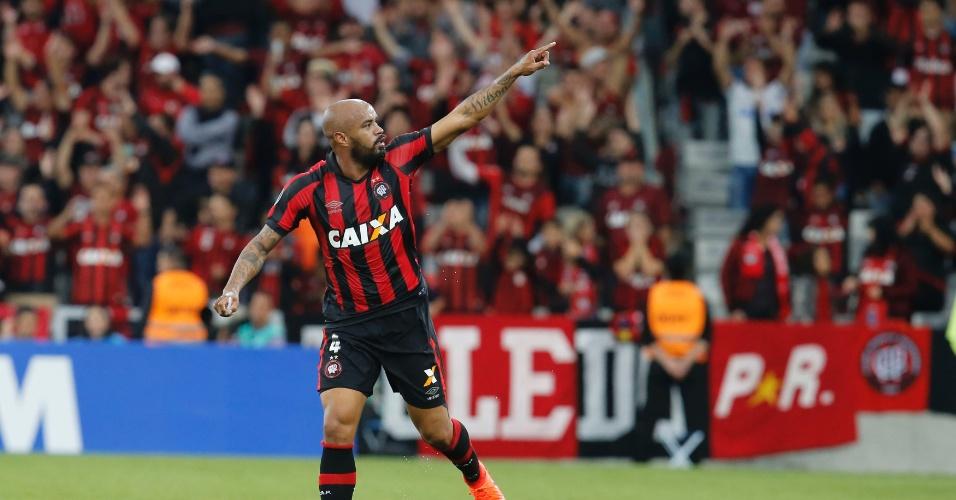 Thiago Heleno faz o primeiro do Atlético-PR contra o Flamengo