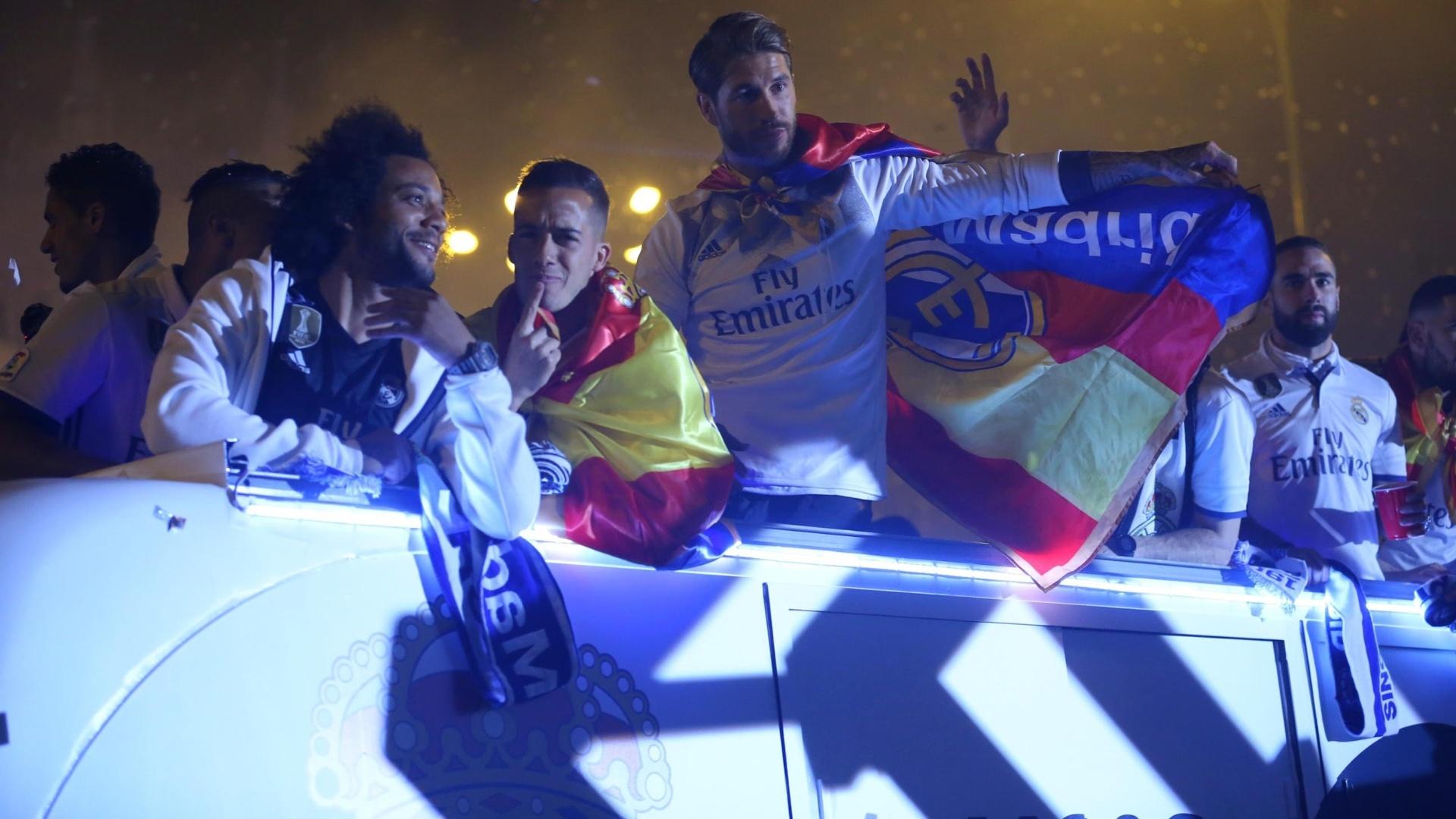 Elenco do Real Madrid em carreata para comemorar o título espanhol