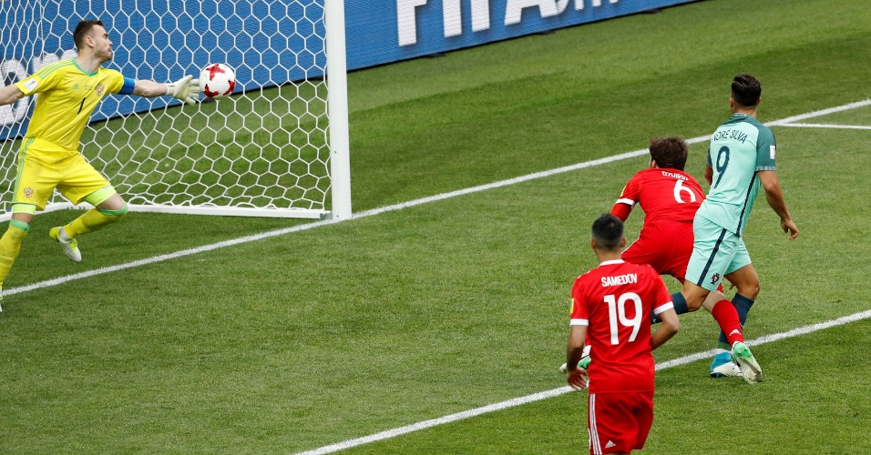 Akinfeev faz grande defesa após cabeçada de André Silva, na partida entre Portugal e Rússia