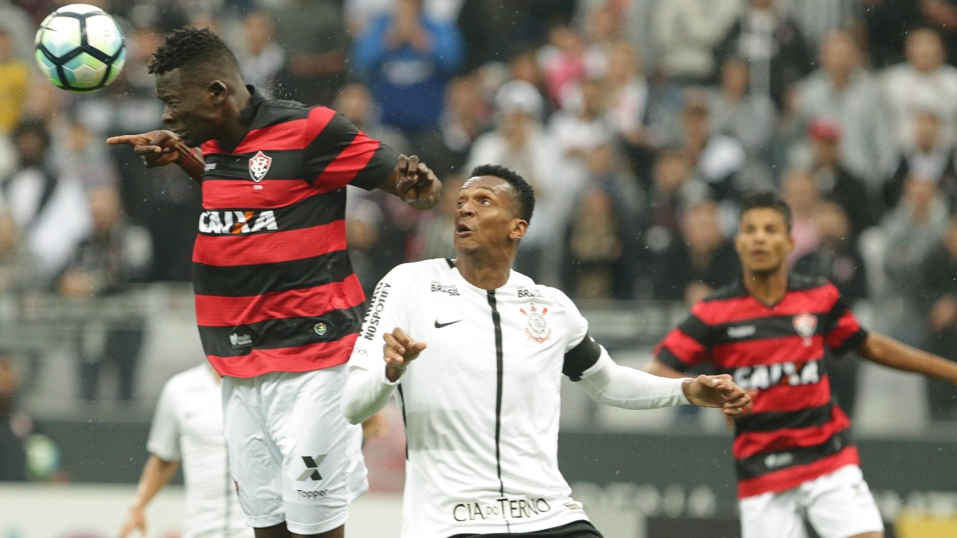 Jô, do Corinthians, disputa bola com jogador do Vitória durante jogo pelo Brasileirão