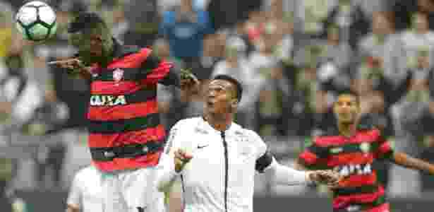 Jô disputa bola com jogador do Vitória durante jogo na Arena Corinthians - Daniel Teixeira/Estadão Conteúdo