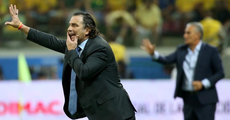 Técnico Juan Pizzi  dá instruções aos jogadores do Chile no jogo contra o Brasil nas Eliminatórias