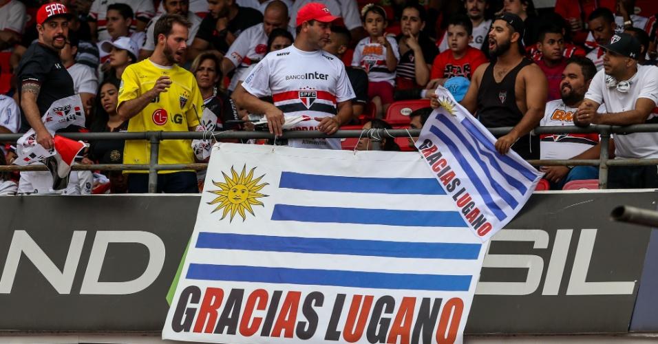 Torcedor do São Paulo com bandeira em homenagem para Diego Lugano no jogo contra o Bahia