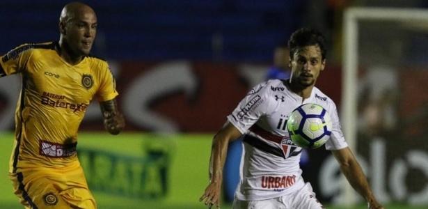 Rodrigo Caio, à direita, vai cumprir suspensão e está fora do clássico com o Santos