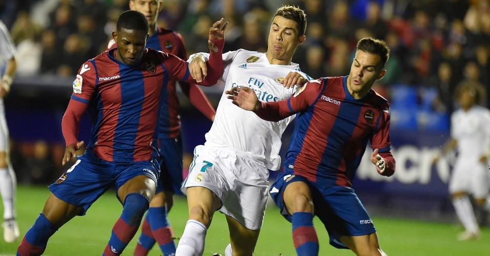 Cristiano Ronaldo tenta escapar da marcação em Real Madrid x Levante