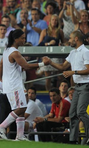 Ronaldinho Gaúcho, já jogador do Milan, cumprimenta Pep Guardiola, técnico do Barcelona