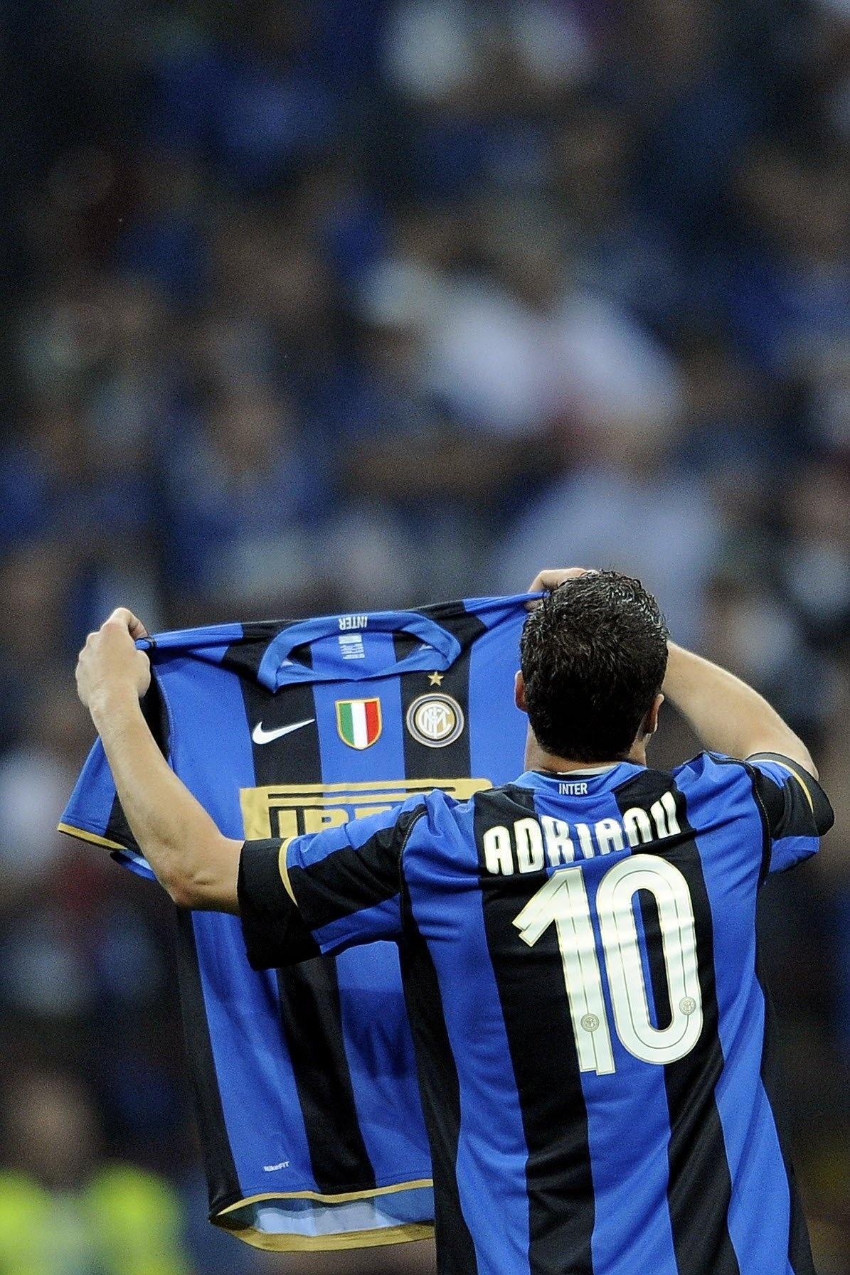 Júlio César comemora o título italiano de 2009 com a camisa do companheiro  de equipe d512c1a55448e
