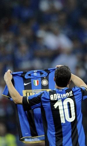 Júlio César comemora o título italiano de 2009 com a camisa do companheiro de equipe, Adriano
