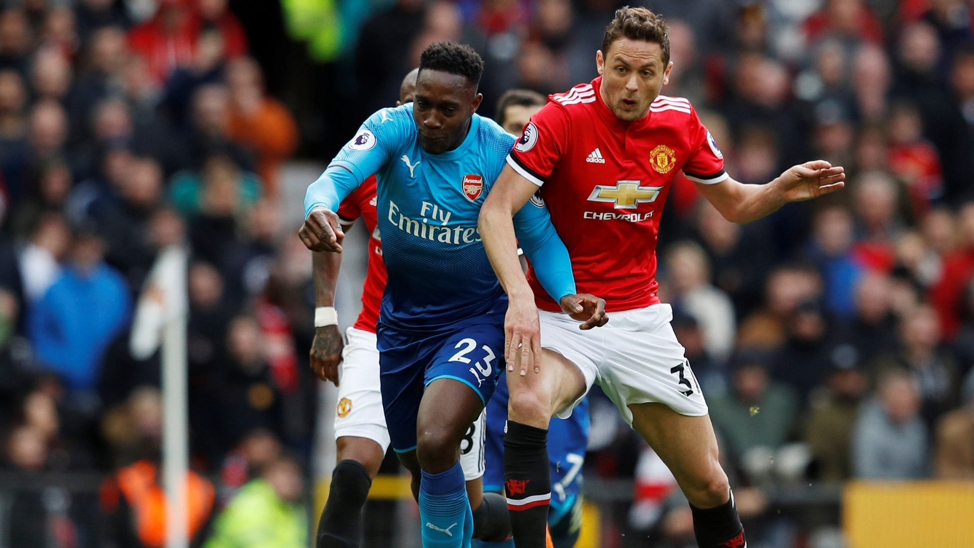 Welbeck, do Arsenal, e Matic, do United, disputam a bola em Old Trafford