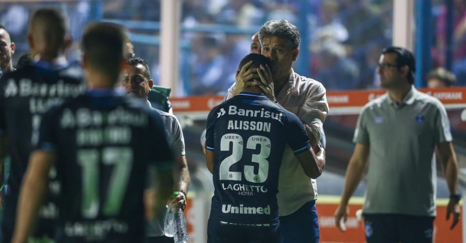 Renato Gaúcho cumprimenta Alisson após primeiro gol do Grêmio contra o Tucumán