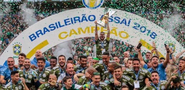 Bruno Henrique levanta o troféu de campeão brasileiro no Allianz Parque