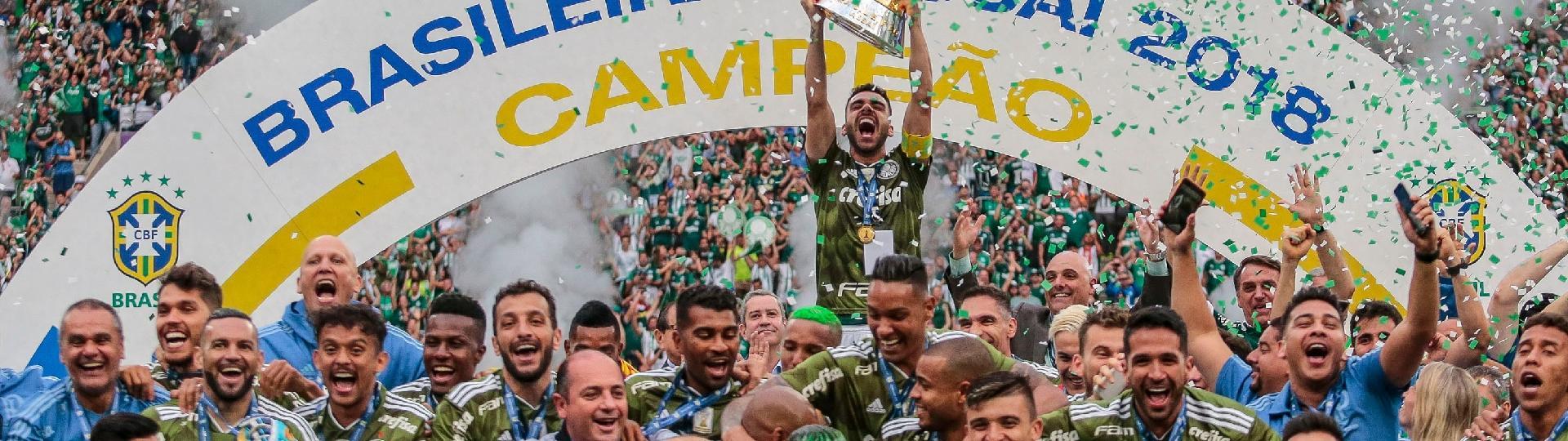 Bruno Henrique levanta o troféu do Campeonato Brasileiro 2018 conquistado pelo Palmeiras