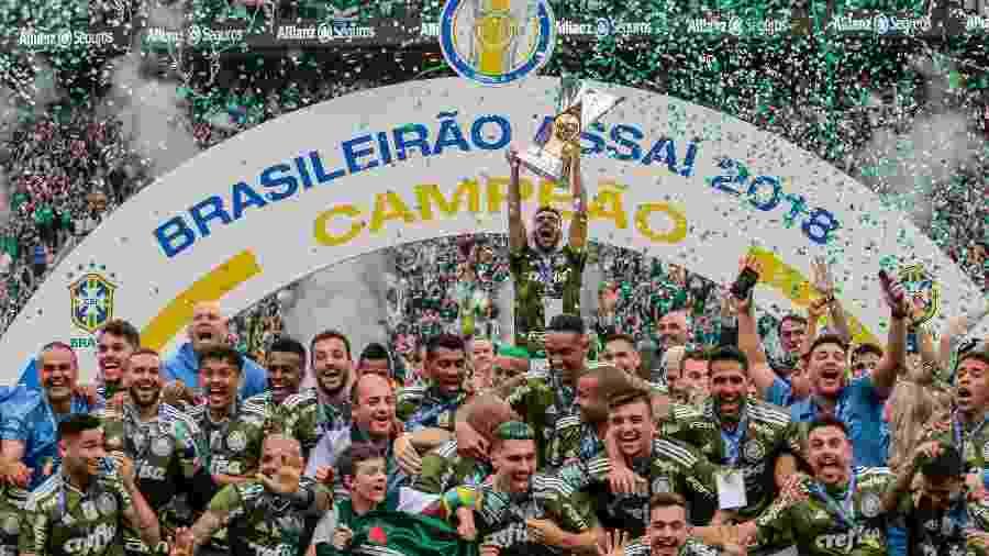 Bruno Henrique levanta o troféu do Campeonato Brasileiro 2018 conquistado pelo Palmeiras - Alê Cabral/Agif