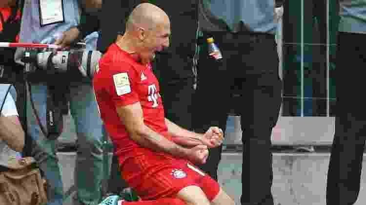 Último a entrar, Robben comemora depois de fechar o placar na festa do heptacampeonato - Michael Dalder/Reuters