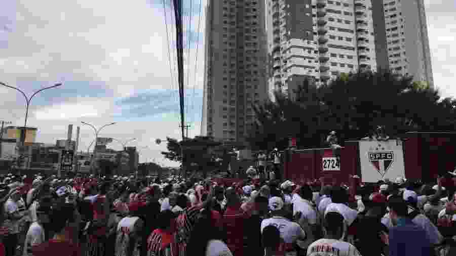 Torcida do São Paulo em protesto na frente ao CT da Barra Funda  - José Eduardo Martins/UOL