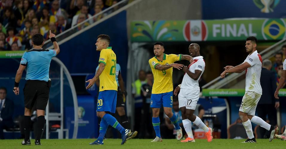 Gabriel Jesus é expulso durante partida entre Brasil e Peru