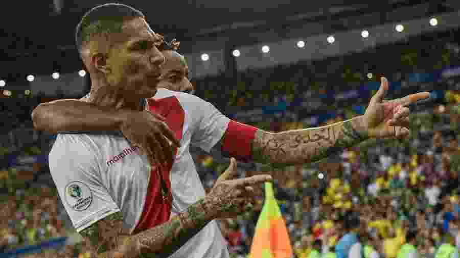 Paolo Guerrero comemora gol do Peru contra o Brasil ao lado de Andre Carrillo durante a Copa América 2019 - Juan Mabromata/AFP