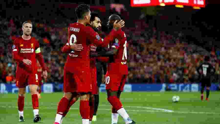 Firmino, Salah e Mané comemoram gol do Liverpool contra o Salzburg - Action Images via Reuters/Jason Cairnduff