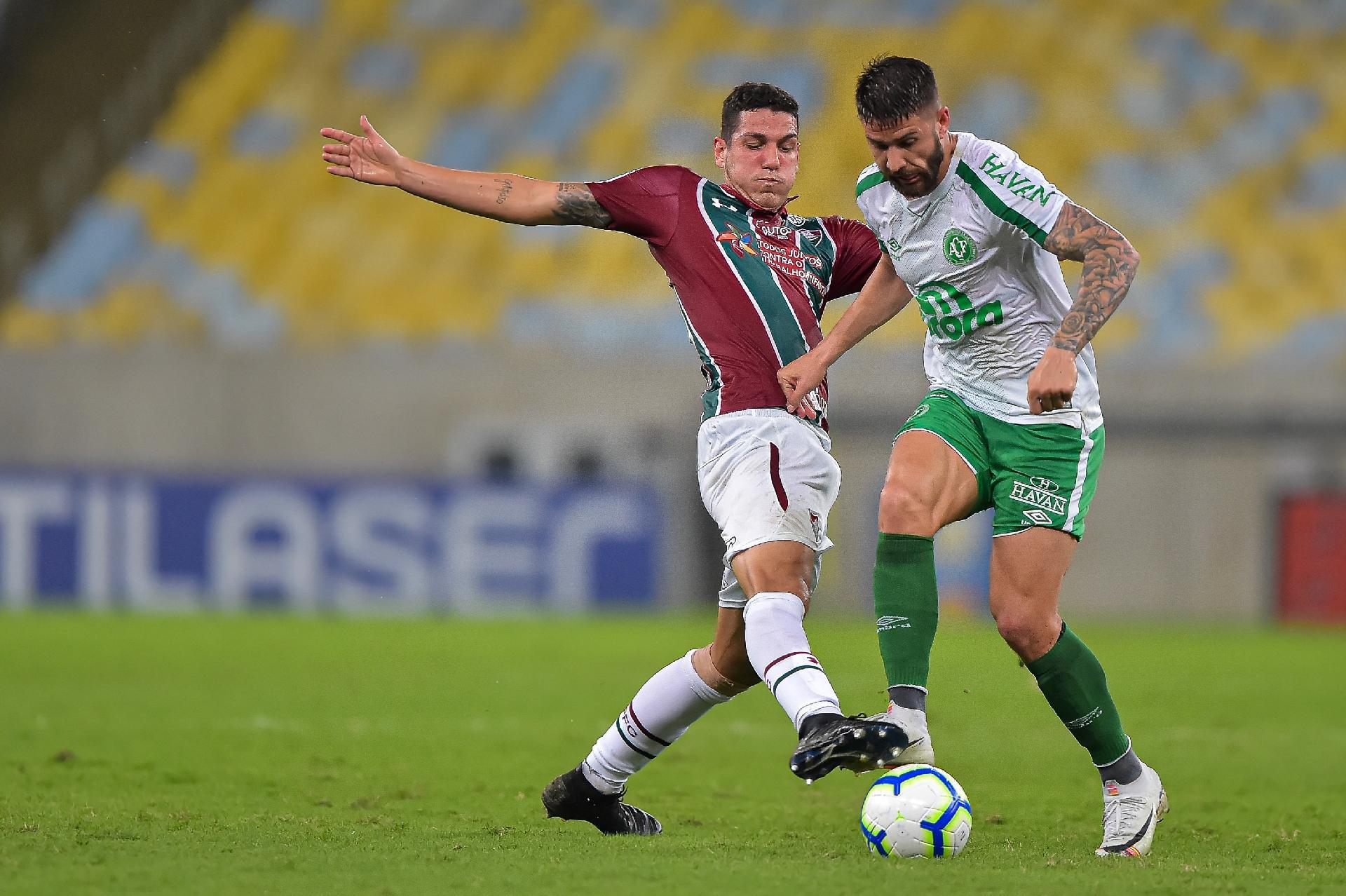 Nino, do Fluminense, disputa lance com Everaldo, do Chapecoense, durante partida pelo campeonato Brasileiro