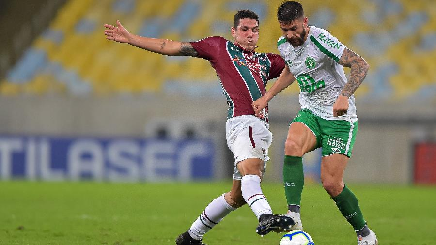 Nino, do Fluminense, disputa lance com Everaldo, do Chapecoense, durante partida pelo campeonato Brasileiro - Thiago Ribeiro/AGIF