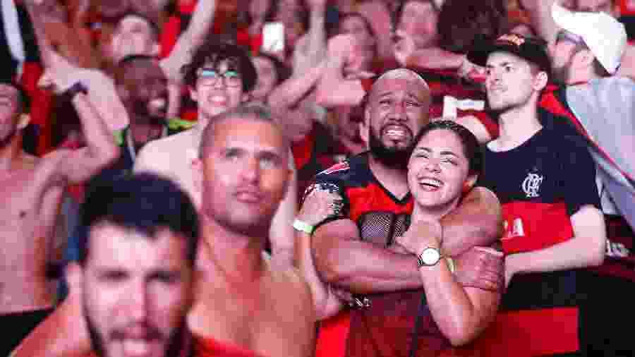 Torcedores do Flamengo comemoram, na arquibancada do Maracanã, título da Libertadores conquistado em Lima - Wagner Meier/Getty Images