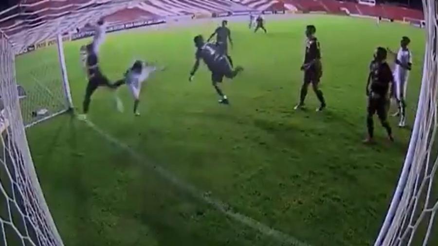 Pereira acabou caindo perto da linha após escanteio e evitou o gol de sua própria equipe - Reprodução/Premiere