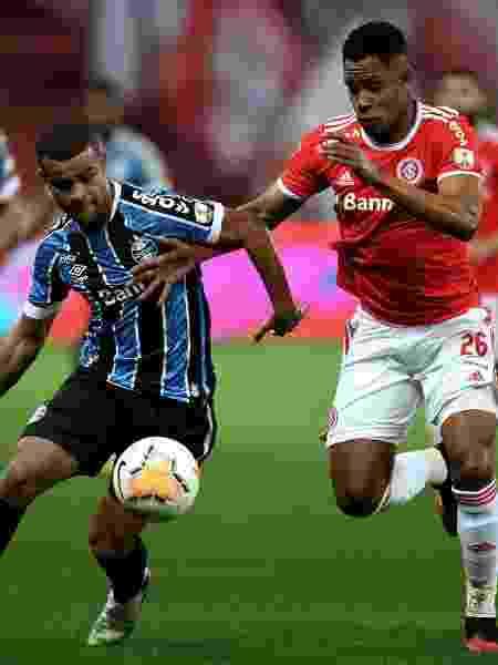 Alisson e Matheus Jussa disputam a bola durante Gre-Nal pela Libertadores - Alexandre Schneider/Getty Images