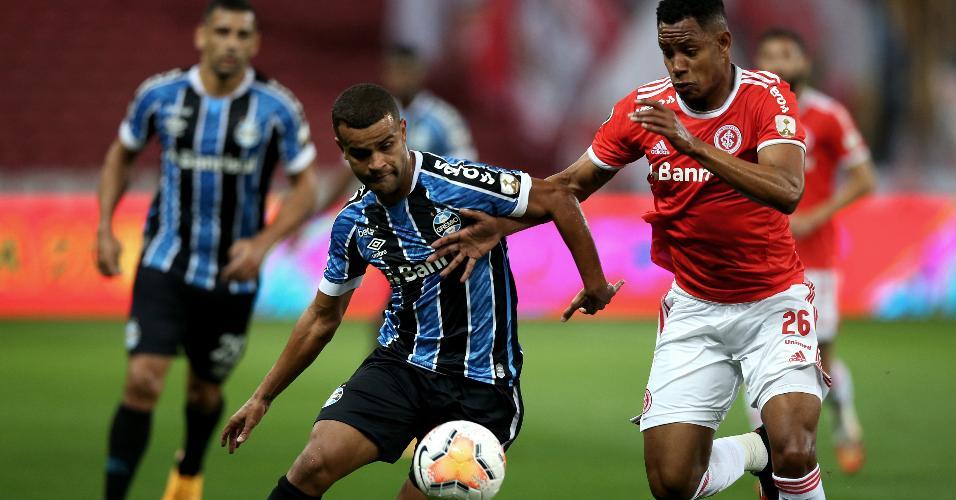 Alisson e Matheus Jussa disputam a bola durante Gre-Nal pela Libertadores