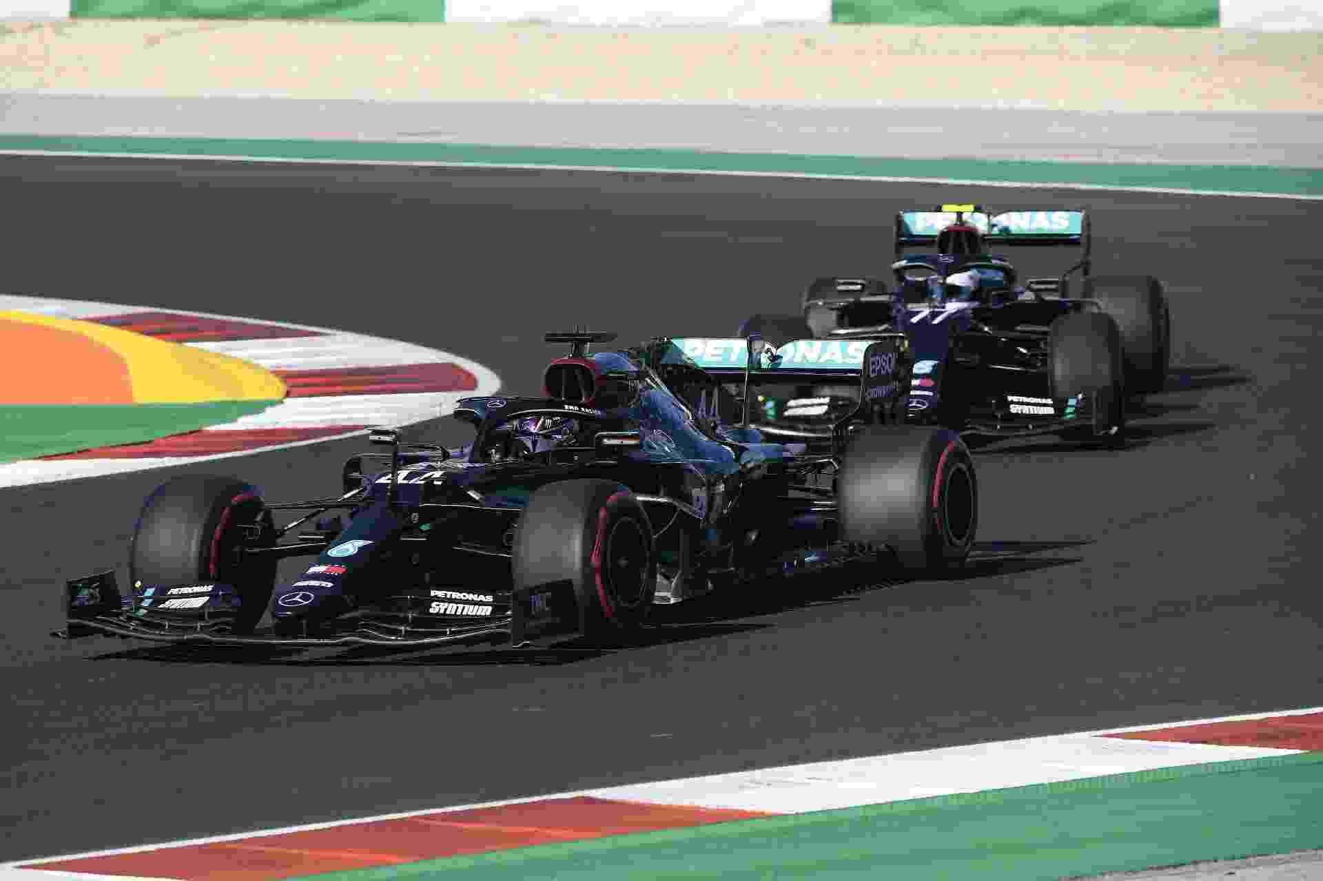 Lewis Hamilton na frente de Valtteri Bottas durante treinos em Portimão - FIA Pool