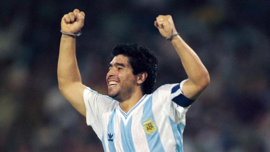 Diego Maradona comemora gol contra a Rússia na Copa do Mundo de 1990  - Getty Images/Hulton Archive