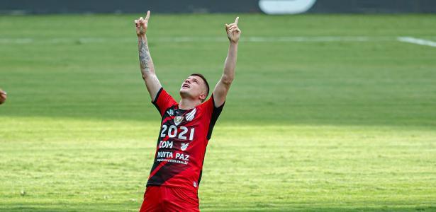 Athletico-PR vence Bragantino e se afasta da zona de rebaixamento